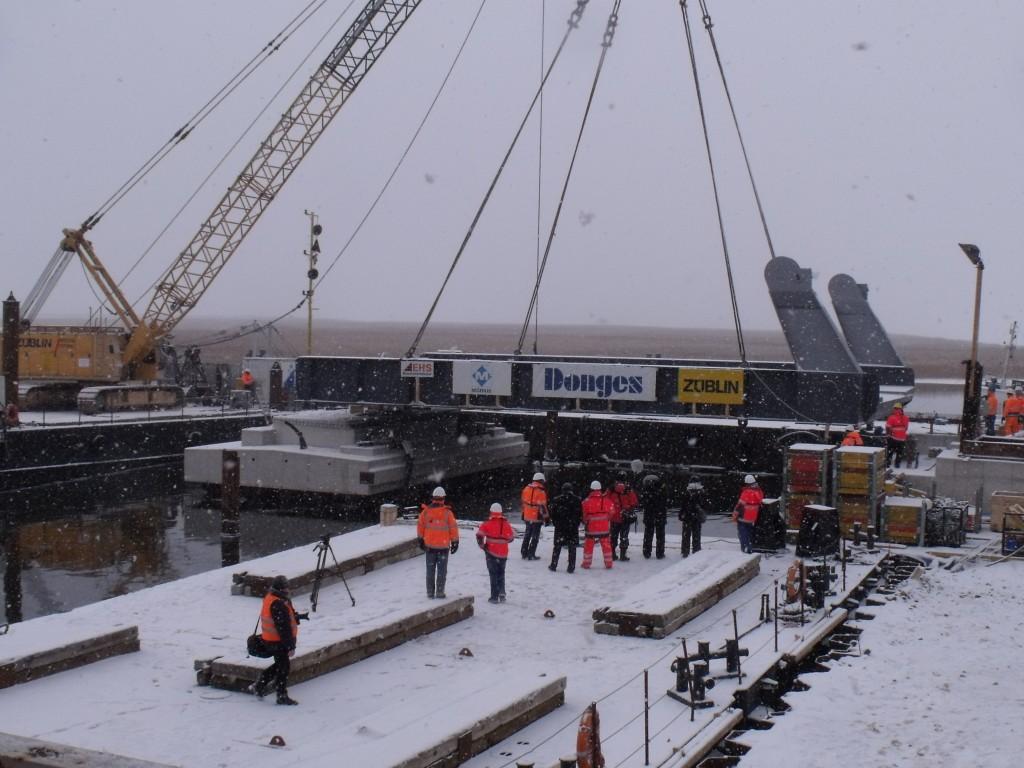 Die Klappteilmontage der meinigenbrücke am 2 Februar 2012 vormittags